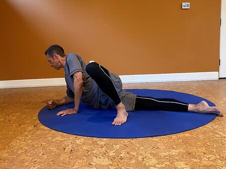 rotating pelvis during it band stretch