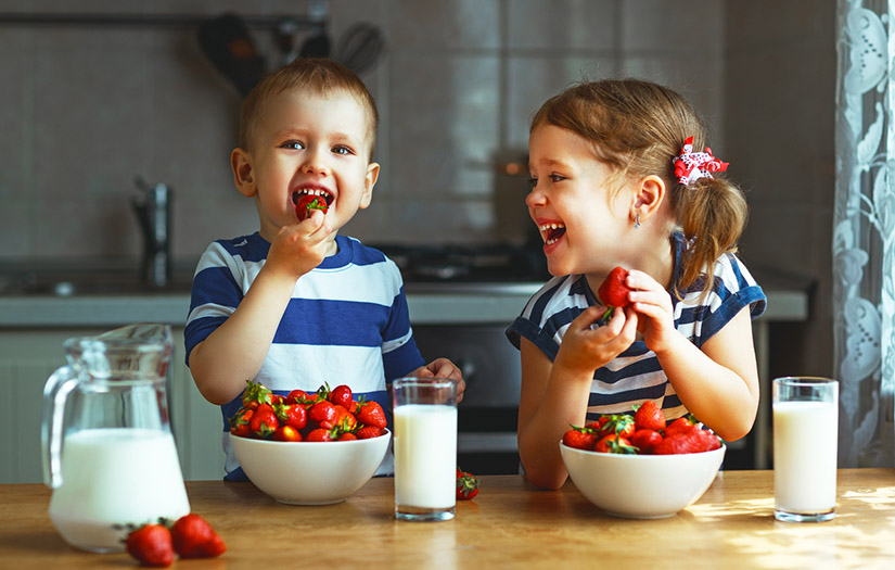 kids eating strawberries