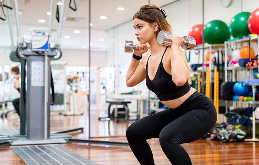 woman doing a squat without pelvic tilt