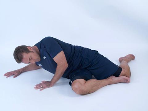 man demonstrating hip flexor warmup