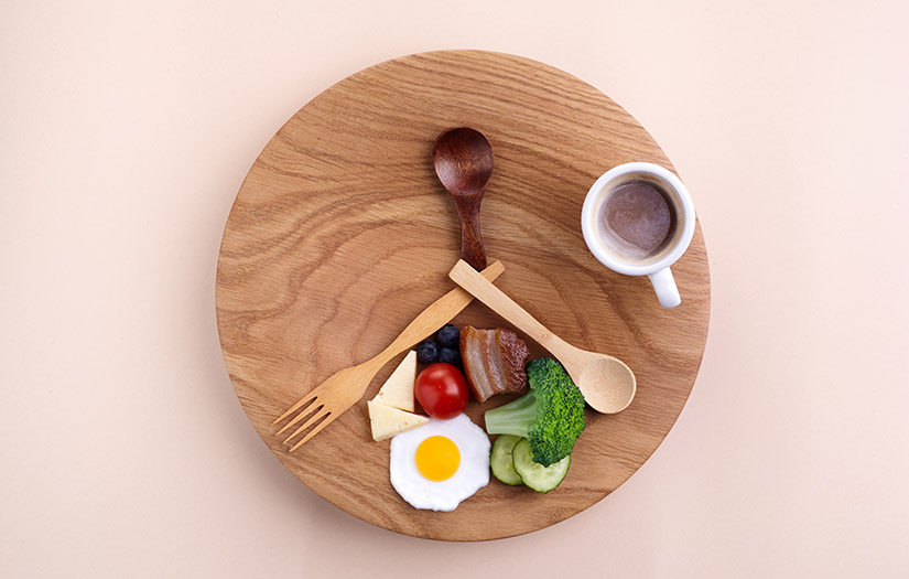 a plate of food in the shape of a clock to represent intermittent fasting